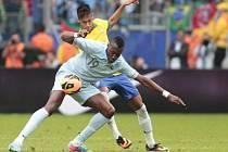 Brazilský střelec Neymar (ve žlutém) a Guilavogui z Francie.