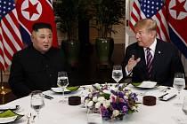 Americký prezident Donald Trump (vpravo) a severokorejský vůdce Kim Čong-un během večeře v Hanoji