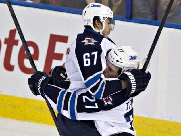 Hokejisté Winnipegu Michael Frolík (vlevo) a Eric Tangradi se radují z gólu.