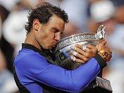 Rafael nadal se svou nejoblíbenější trofejí. Podesáté kraloval Roland Garros.