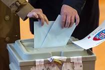 Guvernér Durynska Bodo Ramelow (vpravo) a jeho manželka Germana Alberti vom Hofe vhazují společně své hlasovací lístky do volební urny během zemských voleb ve východoněmeckém Durynsku