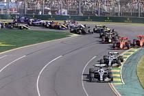 Pilot stáje Mercedes Valtteri Bottas (vpředu) ve vedení Velké ceny Austrálie vozů formule 1