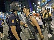 """Několik tisíc lidí se ve středu v Madridu zúčastnilo pochodu """"na obranu laickosti"""" a na protest proti zátěži, jakou podle nich představují pro španělskou státní kasu nynější katolické Světové dni mládeže a s nimi spojená návštěva papeže Benedikta XVI."""