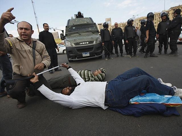 Egyptská policie se v sobotu 19. listopadu 2011 střetla s demonstranty, kteří po pátečních masových protestech odmítli opustit káhirské náměstí Tahrír. Údajně bylo zraněno přes 670 lidí a jeden člověk přišel o život.