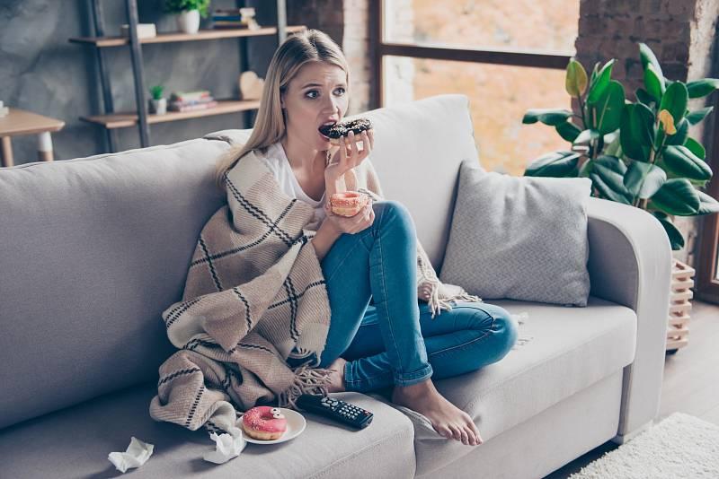 Každou emoci, která k vám z mozku doputuje, vnímáte jako signál, abyste začali jíst, takže jen těžko rozeznáváte skutečné signály fyziologického hladu.