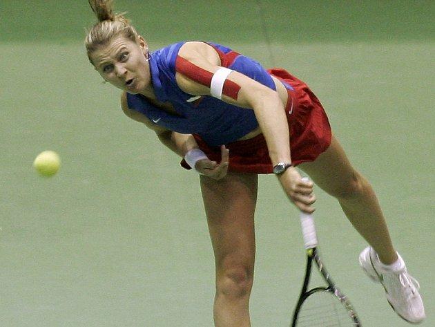 Lucie Šafářová odvrací míček v zápase s Bethanií Mattekovou-Sandsovou z USA.