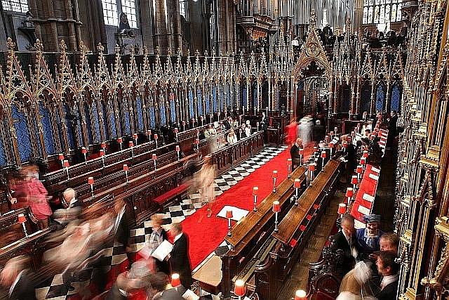 Do Westminsterského opatství přicházejí hosté.
