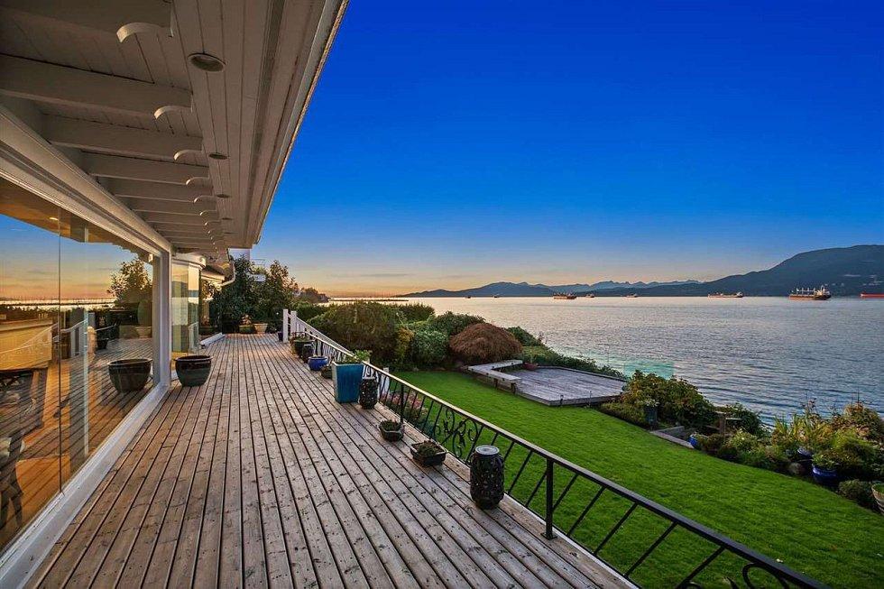 Velkolepá terasa s výhledem na oceán