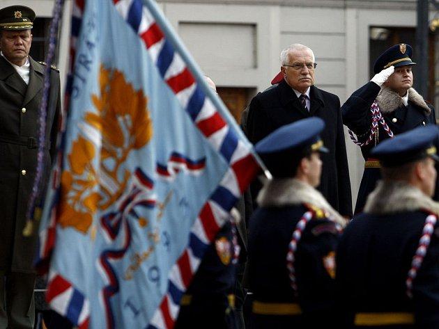 Slavnostní nástup Hradní stráže na I. nádvoří. k jejímu 90. výročí proběhl na Pražském hradě