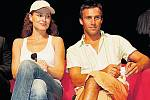 Markéta Hrubešová se svým hereckým kolegou Romanem Vojtkem.