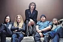 IMAGE. Finská kapela HIM láká fanoušky stylizací do rolí romantických rockerů.