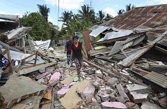 Následky zemětřesení v Indonésii.