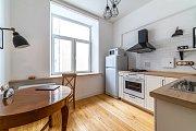 Kulatý stůl je v malé kuchyni zbytečně zabírá moc místa