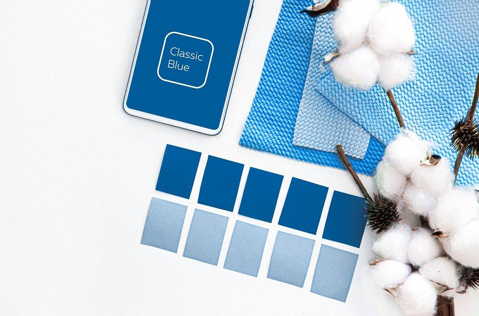 Po lehce extravagantních odstínech minulých let byla letošní barvou zvolena klasická modrá