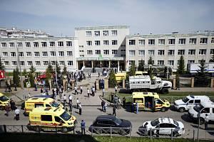 Vozidla záchranářů a bezpečnostních složek u budovy školy v ruské Kazani, kde útočili dva ozbrojenci, 11. května 2021.