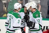 Český útočník Radek Faksa (12) se gólem podílel na výhře Dallasu 4:0 v zahajovacím utkání série play off NHL s Minnesotou.