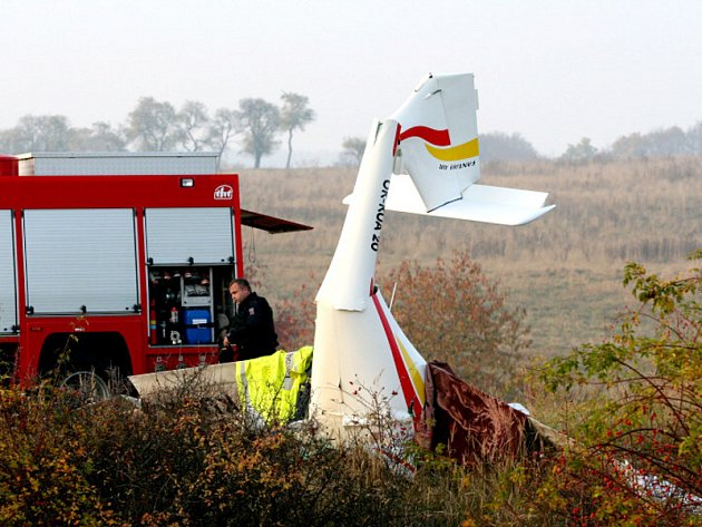 Dva lidské životy a letadlo v troskách. Takto dopadla úterní tragická nehoda. Ultralehké letadlo se zřítilo do polí blízko Hlubokých Dvorů na hranici Tišnovska a Blanenska.