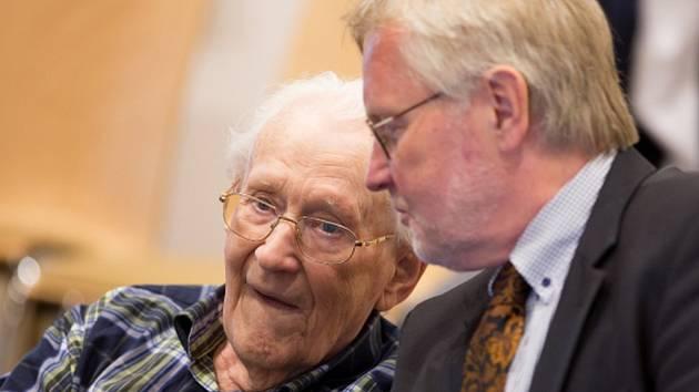 Německý soud dnes uložil bývalému dozorci v nacistickém koncentračním táboře Osvětim Oskaru Gröningovi čtyři roky vězení.
