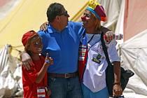 Luis Urzua (na snímku s dalším zachráněným chilským horníkem Rolandem Gonzalesem) varuje thajské chlapce před mediálním cirkusem