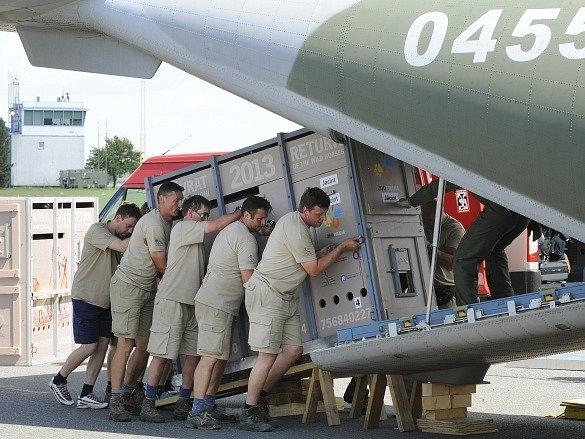 Transportní bedny se čtveřicí koní Převalského z pražské zoo byly 1. července naloženy v Praze-Kbelích do armádního speciálu, který je přepraví do Mongolska.