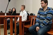 Soud začal 26. září v Praze znovu projednávat případ bývalých členů Dělnické strany a dalších údajných extremistů, kteří jsou viněni z propagace neonacismu. Na snímku zleva jsou obvinění Michaela Dupová, Richard Lang a Petr Fryč.