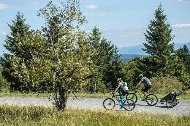 Rodina na kolech v přírodě