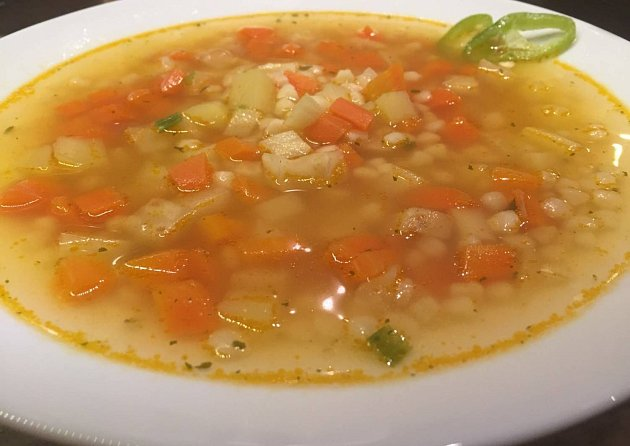 Polévka zkořenové zeleniny starhoňou