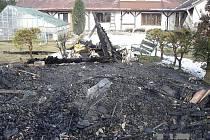 Požár v noci zničil zahradní chatku na Šumpersku, která patří rodině jednoho z obžalovaných ve žhářské kauze Vítkov. Matka obžalovaného Václava Cojocaru si myslí, že jde o pomstu kvůli synovi.