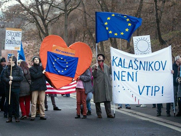 Na demonstraci na podporu premiérovi Bohuslavu Sobotkovi se nedaleko úřadu vlády sešlo 60 až 80 lidí. Další desítky se údajně nemohli akce zúčastnit, protože policie odřízla přístup před Strakovu akademii z Klárova.