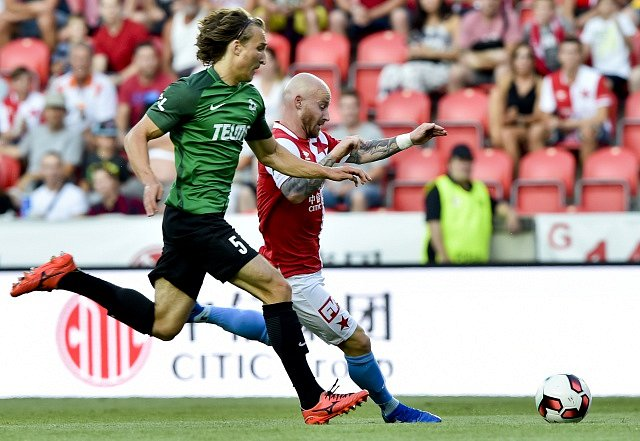 SK Slavia Praha – FK Jablonec. V souboji Matěj Hanousek a Miroslav Stoch.