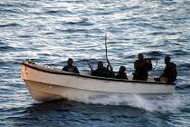 Skupina somálských pirátů s kalašnikovy a protitankovými střelami na snímku z lodi, kterou neúspěšně napadli roku 2005.