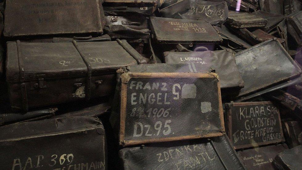 Statisíce kufrů, které Sověti našli ve skladech v táboře Auschwitz po osvobození.