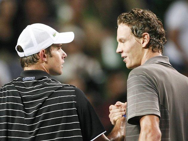 Je to tam! Tomáš Berdych si po vítězném semifinále plácá s poraženým Andym Roddickem.
