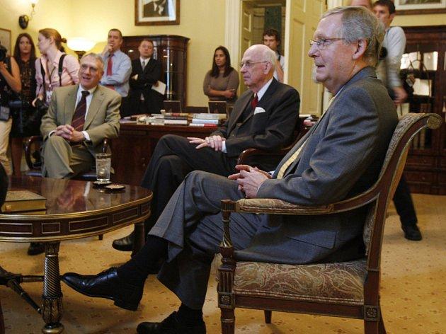 Republikánští senátoři (zleva) Jon Kyl, Bob Bennett a Mitch McConnell 30. září projednávali selhání Bushova balíku.