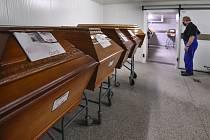 Rakve se zesnulými v kremtoriu