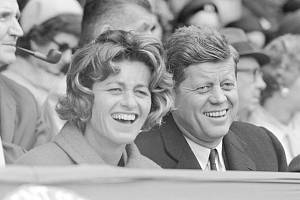 Americký prezident John Kennedy a jeho sestra Jean Kennedyová Smithová na snímku z roku 1961.
