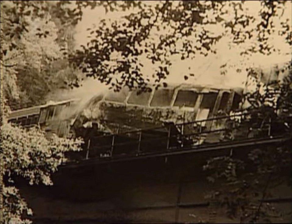 Vlaky se srazily na mostě vytvářejícím jakousi ocelovou vanu, která bohužel přispěla k horším důsledkům požáru