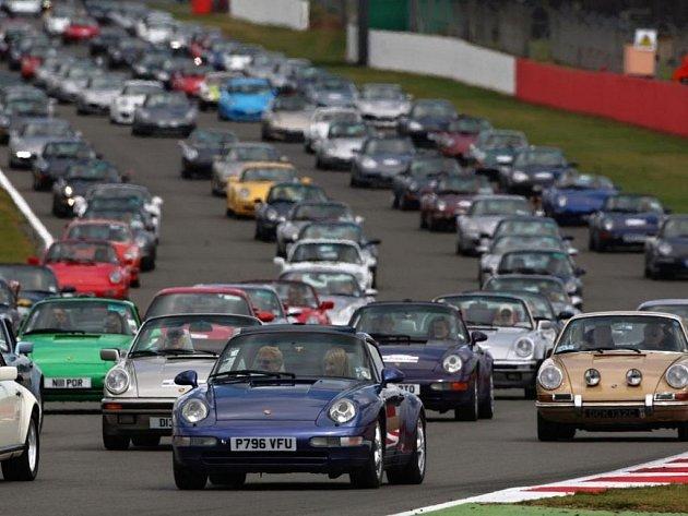 Na okruhu v Silverstone se ukázalo 1 208 vozů Porsche 911.