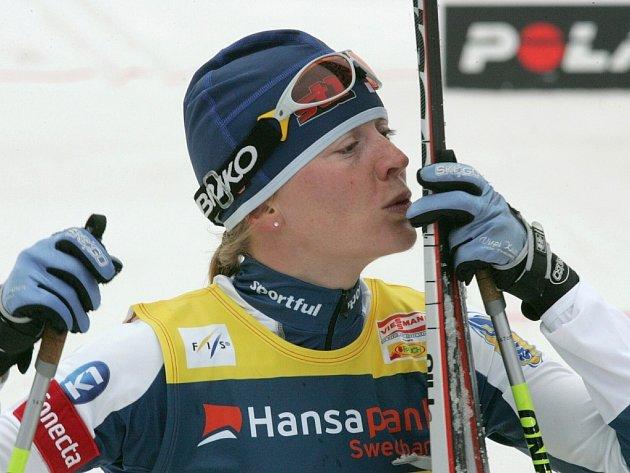 Finka Virpi Kuitunenová slaví prvenství v závodě na 10 km v Ostepää.