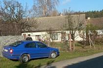 V Hajanech na Blatensku ve středu 12. listopadu policisté zastřelili uprchlého vězně Pavla Tauchena a jeho ženu, která mu k útěku pomáhala, postřelili. Policie na místě a v domě, kde se měli manželé ukrývat, vyšetřovala jště ve čtvrtek 12. listopadu.