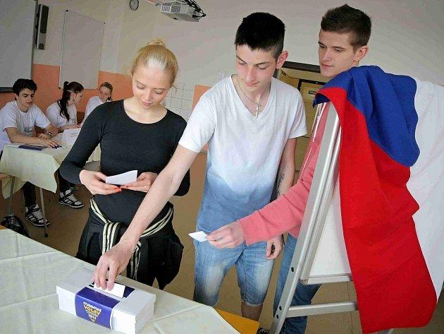 Studentské volby do evropského parlamentu si zkouší 28. a 29. dubna 2014 také studenti středních škol na Vysočině. Na snímku studenti Střední hotelové školy v Třebíči.