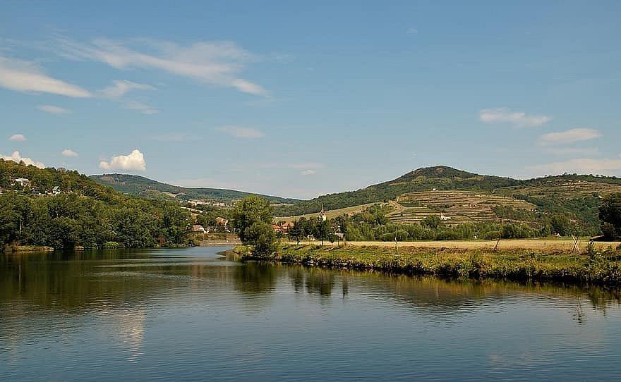 Vulkanická činnost, osamocené hory a hluboká romantická údolí vzniklá činností řeky Labe. Tak vypadá oblast Porta Bohemica, Brány Čech, kde Labe vstupuje do Českého středohoří.