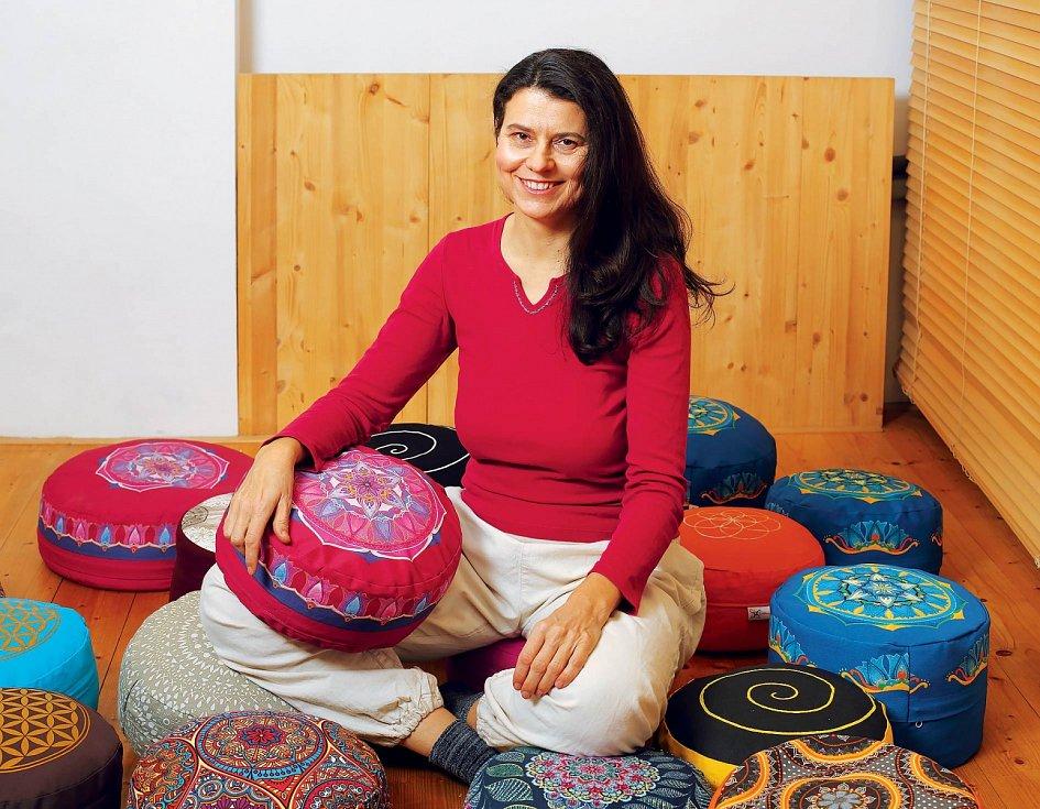 Klára Patočková medituje cíleně vklidu, ale také při šití aplnění meditačních polštářků pohankovými slupkami.