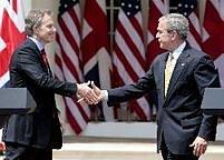 """Výsledky studie jako by potvrzovali i dva světoví státníci: zatímco Brit Tony Blair měří 183 cm, jeho americký protějšek George Bush má """"jen"""" 180."""