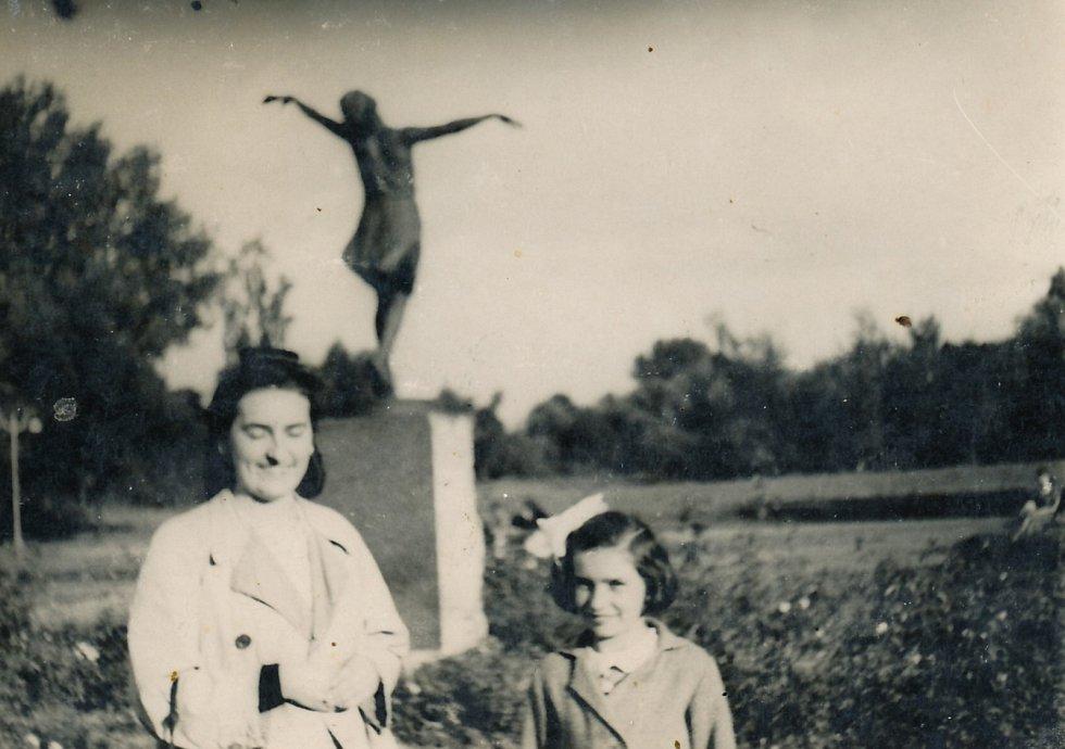 Bibiana se sestrou Marií ve Varšavě 1942