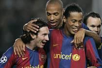 Hvězdná trojice Barcelony - zleva Messi, Henry a Ronaldinho.