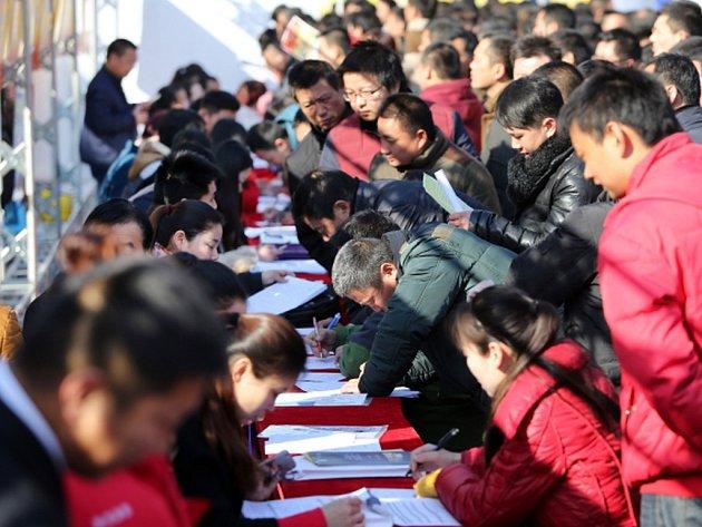 Zhruba 1,8 milionu pracovníků v čínském sektoru uhlí a oceli přijde o práci v rámci úsilí o snížení přebytečné kapacity.