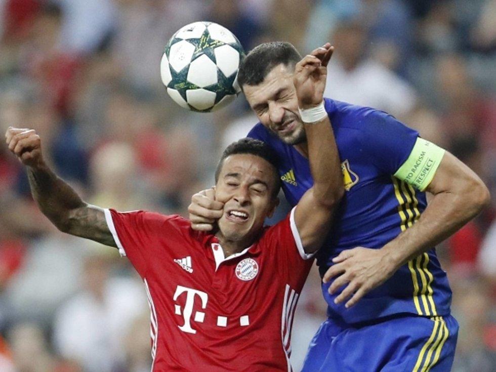 Thiago Alcantara z Bayernu Mnichov (vlevo) proti Rostovu.