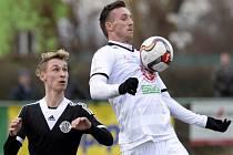David Vaněček z Hradce Králové (vpravo) si zpracovává míč před Pavlem Novákem z Českých Budějovic.