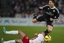 Cristiano Ronaldo z Realu Madrid (vpravo) proti Almeríi.